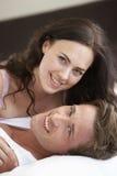河床夫妇放松的年轻人 库存照片