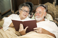 河床夫妇读取前辈 免版税库存照片