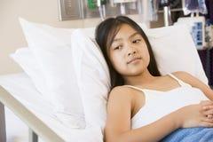河床女孩医院位于的年轻人 库存图片