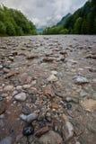 河床小卵石河 图库摄影