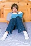 河床少年男孩的读取 免版税库存照片