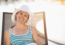 河床愉快的放置的星期日妇女 免版税图库摄影