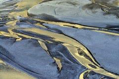 河床抽象背景纹理在金黄光芒落日和蓝色沙子的 免版税图库摄影
