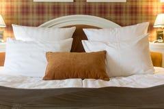 河床旅馆把空间枕在 白色和褐色一 免版税库存照片