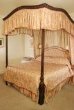 河床有四根帐杆的卧床 免版税库存照片