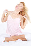 河床白肤金发的愉快的舒展的妇女年&# 免版税库存图片