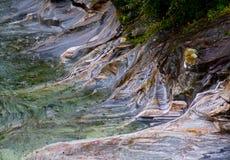 河床被做色的石头 免版税库存照片