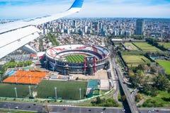 河床队的体育场在从飞机看见的布宜诺斯艾利斯 库存图片
