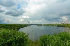 河德聂伯级和小船的风景 免版税库存照片