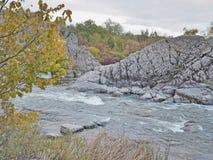 河急流和秋天颜色 免版税库存图片