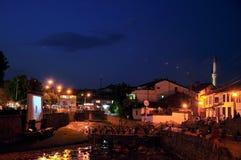 河戏院在一个平台被修造直接地在流经普里兹伦的Bistrica河 免版税图库摄影