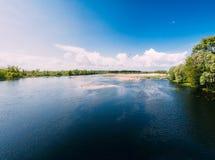 河或湖风景 镇静水波纹表面晴天 库存图片