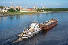 河拖轮`与一艘驳船的亚历山大Lagutin `河伏尔加河 库存图片