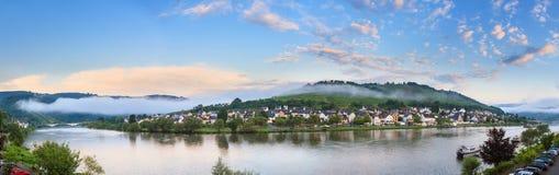 河摩泽尔全景在Zell der Mosel 免版税库存照片