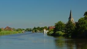 河斯海尔德河的堤防有高耸的在佛兰芒乡下 免版税图库摄影