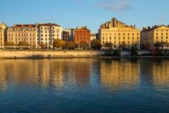 河旁边大厦在阳光下在中央利昂 免版税库存图片