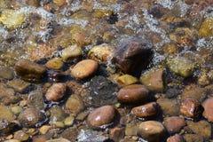 河晃动石头水 图库摄影