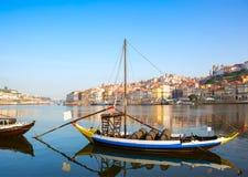 河杜罗河,波尔图市在背景中,葡萄牙看法有传统木小船的 免版税库存图片