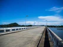 河桥梁在蓝天的一天 左边是一座绿色山 库存照片