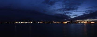 河梅尔塞和伯肯黑德在夜-从船骨码头江边的全景之前在利物浦,英国 免版税库存照片