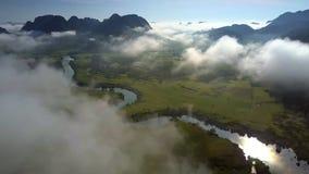 河横跨在有雾的高地中的谷蜿蜒 股票录像