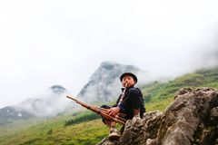 河江市,越南, 2017年11月14日, :弹奏一台传统仪器,北越南的Hmong年轻人 库存图片