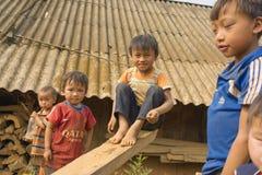 河江市,越南- 2014年4月12日:使用在那里房子前面的操场的未认出的Hmong孩子在阳光下 7 07 09 12 1962 2010 137124开始了富饶被编译的克利夫兰com夜间活动活动节日h http索引7月m游行端口复制品s风帆船ssf星期日高万 免版税库存图片