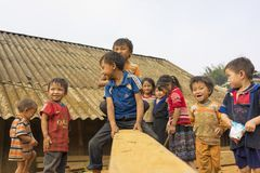 河江市,越南- 2014年4月12日:使用在那里房子前面的操场的未认出的Hmong孩子在阳光下 7 07 09 12 1962 2010 137124开始了富饶被编译的克利夫兰com夜间活动活动节日h http索引7月m游行端口复制品s风帆船ssf星期日高万 库存图片
