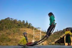 河江市,越南- 2016年2月14日:少数族裔H ` mong儿童游戏跷跷板由弯曲的金属棒制成 大多Hmong家庭 库存照片