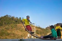 河江市,越南- 2016年2月14日:少数族裔H ` mong儿童游戏跷跷板由弯曲的金属棒制成 大多Hmong家庭 库存图片