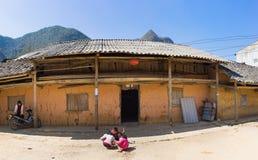 河江市,越南- 2016年2月14日:越南人Hmong少数族裔老房子全景外部正面图在东范district 库存图片