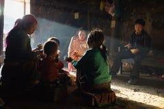 河江市,越南- 2016年2月13日:H ` mong少数族裔家庭吃午餐在他们的房子在日元Minh区,在太阳射线下 库存照片