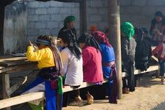 河江市,越南- 2016年2月14日:Hmong妇女食用早餐在小餐馆在东范market 少数族裔妇女有m 库存图片