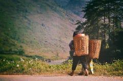 河江市,越南- 2012年11月02日, :两青年人去在山 免版税库存图片