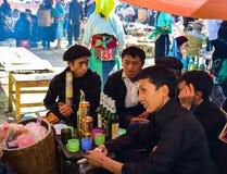 河江市,越南- 2015年11月08日:游人和村民一起dringking 这次行动表现出友好的情绪 免版税库存照片