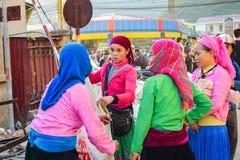 河江市,越南- 2015年11月08日:种族Hmong的妇女公平在河江市,越南 河江市是家庭对活主要的Hmong 免版税库存图片