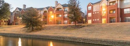 河沿公寓复杂反射在蓝色小时 图库摄影