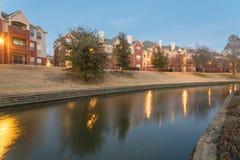 河沿公寓复杂反射在蓝色小时 免版税库存图片