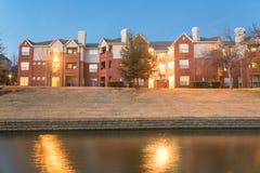 河沿公寓复杂反射在蓝色小时 免版税库存照片