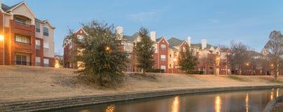 河沿公寓复杂反射在蓝色小时 库存图片