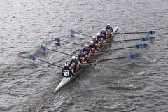 河沿在查尔斯赛船会妇女的青年时期Eights头赛跑  图库摄影