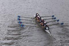 河沿在查尔斯赛船会妇女的青年时期Eights头赛跑  免版税库存图片