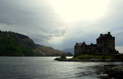 河沿城堡和闪耀的河 库存图片