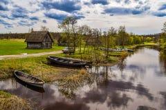 河沿小屋和老小船 免版税库存图片
