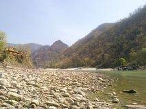 河沿岩石和山景城 免版税库存图片