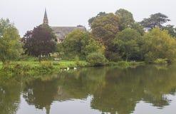 河沿教区教堂在农村英国 免版税库存照片