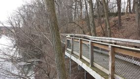 河沿木板走道足迹 库存图片