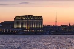 河沿的旅馆 库存照片