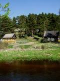 河沿的村庄 免版税库存图片
