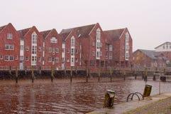 河沿的红砖房子 北海,胡苏姆,德国 库存照片